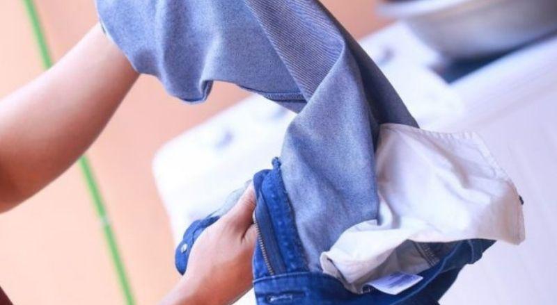 Nên lộn mặt trái quần jean để ủi cho đúng cách nha!
